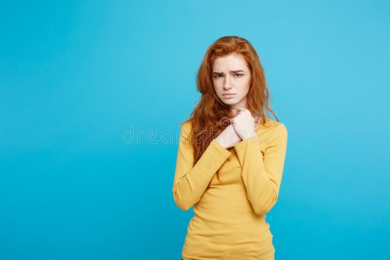 Concepto de la atención sanitaria - retrato de la mujer hermosa joven del jengibre que siente enferma y agotadora Aislado en azul fotos de archivo libres de regalías