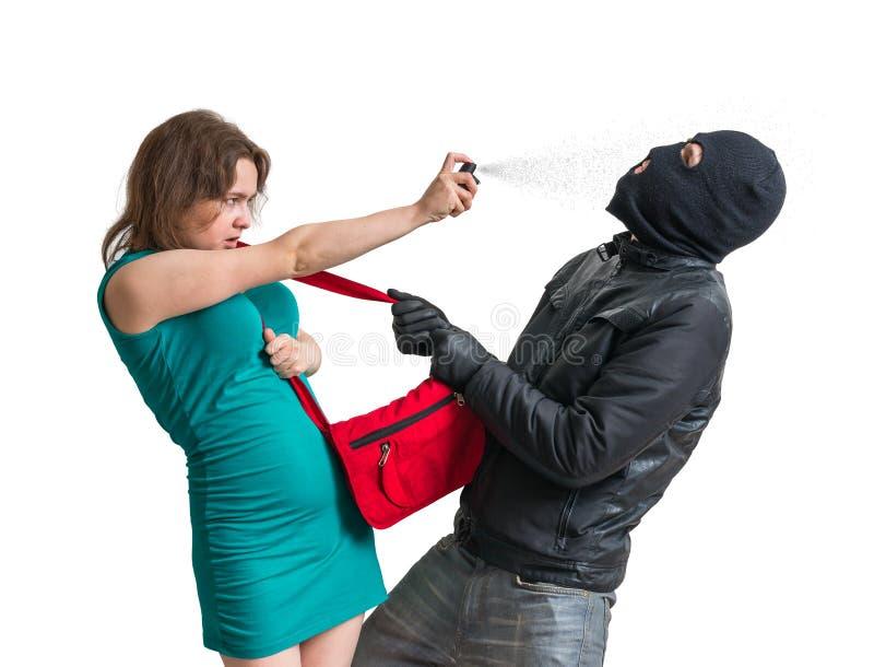 Concepto de la autodefensa La mujer joven está defendiendo con el spray de pimienta imágenes de archivo libres de regalías