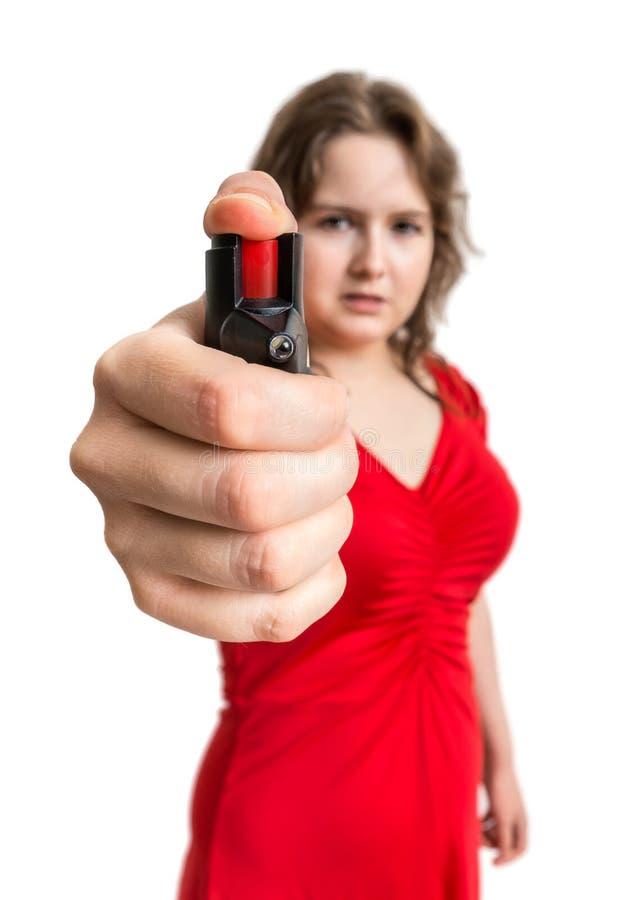 Concepto de la autodefensa La mujer joven lleva a cabo el spray de pimienta disponible fotografía de archivo libre de regalías