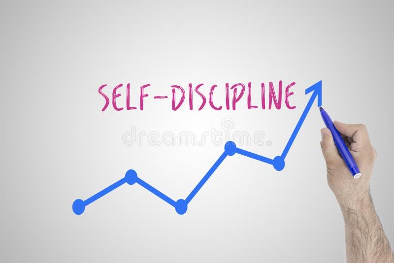 Concepto de la autodisciplina Mano con la flecha de levantamiento del dibujo de tiza Motivación de la disciplina y del uno mismo imagen de archivo libre de regalías