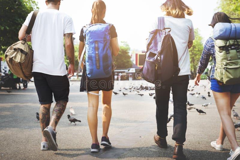 Concepto de la aventura del Backpacker del viaje de los amigos imagen de archivo