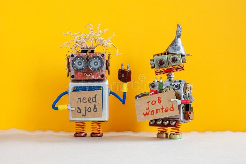 Concepto de la búsqueda de trabajo Dos robots quieren conseguir un trabajo Caracteres robóticos parados sonrientes con una muestr fotografía de archivo libre de regalías