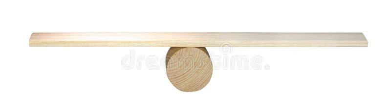 Concepto de la balanza, tablero en el sombrero de copa de madera como la balanza aislada en el fondo blanco, equilibrando en la o fotos de archivo