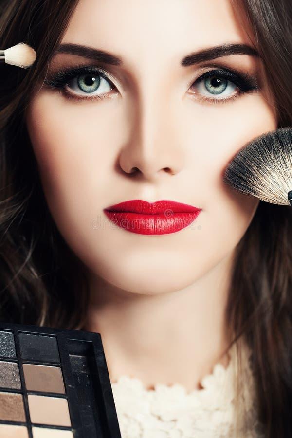 Concepto de la belleza del maquillaje Mujer hermosa con los cepillos del maquillaje foto de archivo libre de regalías