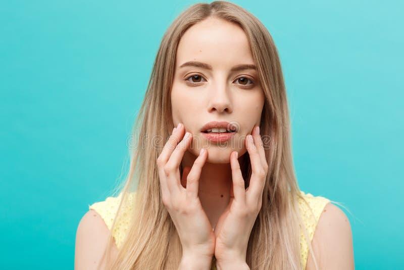 Concepto de la belleza: El retrato del modelo de la belleza con desnudo natural compone y tocando su cara Balneario, skincare y s fotos de archivo libres de regalías