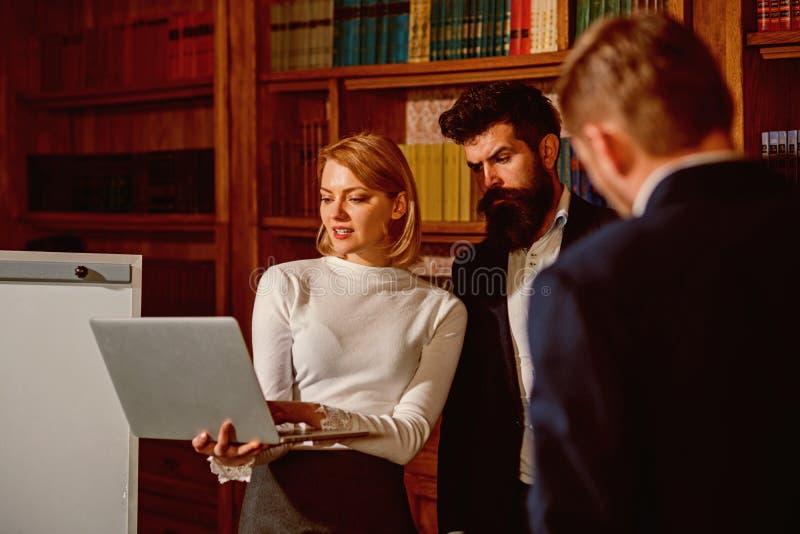 concepto de la biblioteca Los estudiantes utilizan nueva tecnología en biblioteca de universidad Reunión de grupo de personas en  fotos de archivo