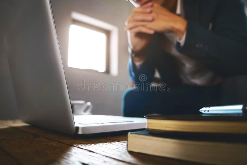 Concepto de la bolsa de acción de Working Finance del hombre de negocios o del comerciante imágenes de archivo libres de regalías