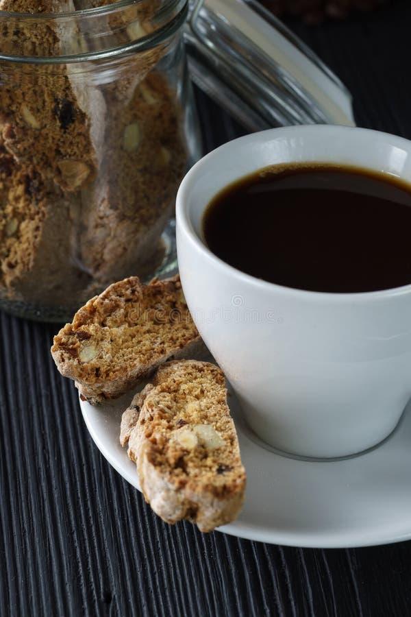 Concepto de la buena mañana - ahueque el café del café express con la almendra del cantucci fotos de archivo libres de regalías