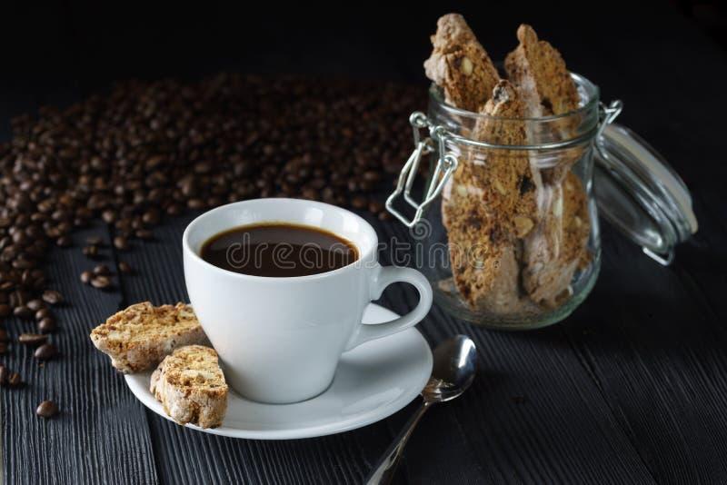 Concepto de la buena mañana - ahueque el café del café express con la almendra del cantucci fotos de archivo