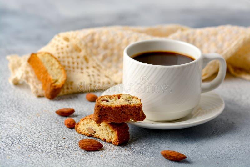 Concepto de la buena mañana - café espumoso del café express del desayuno accompan imagen de archivo libre de regalías