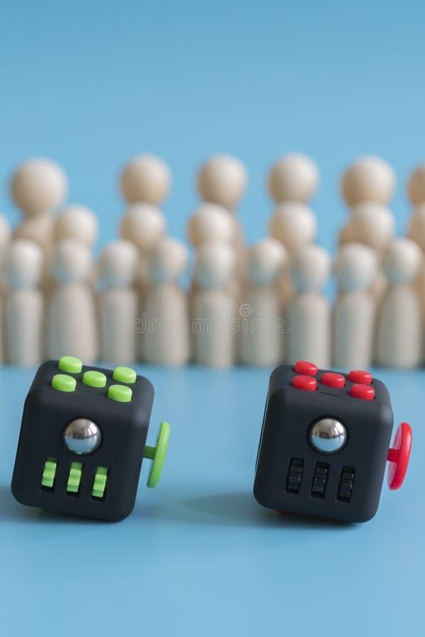 Concepto de la calma de la muchedumbre Mitigador de la tensi?n del cubo y figuras de madera en un fondo azul Foto vertical imagenes de archivo