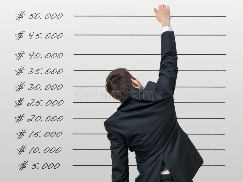 Concepto de la carrera El hombre de negocios quiere aumento su renta foto de archivo