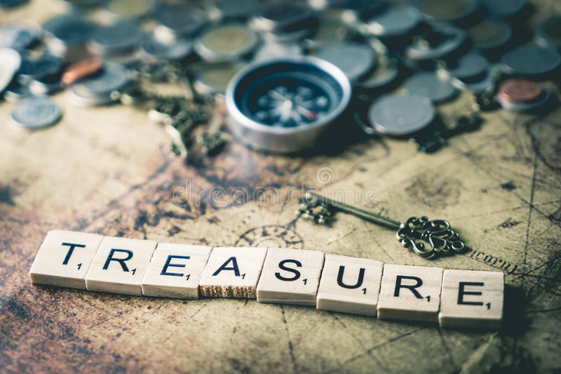 Concepto de la caza del tesoro con las monedas y el compás foto de archivo libre de regalías