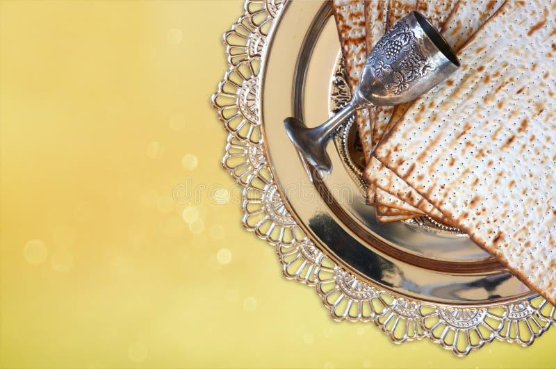 Concepto de la celebración de Pesah (día de fiesta judío de la pascua judía) con el vino y el matza foto de archivo libre de regalías