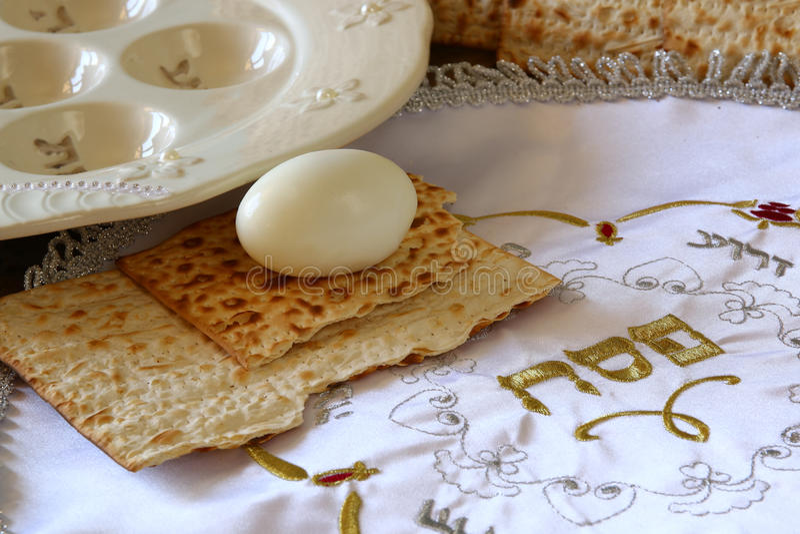 Concepto de la celebración de Pesah (día de fiesta judío de la pascua judía) con el vino y el matza fotos de archivo libres de regalías