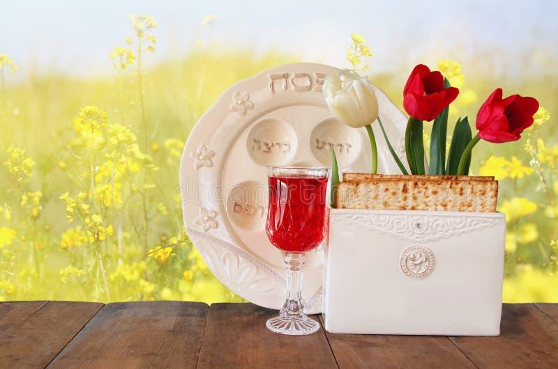 Concepto de la celebración de Pesah (día de fiesta judío de la pascua judía) con el vino y el matza imagenes de archivo