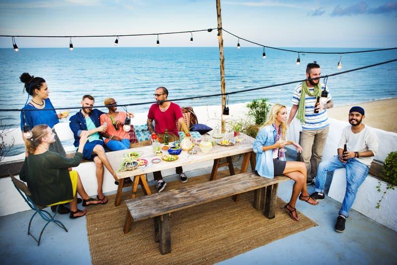Concepto de la celebración del partido de cena del verano de la playa fotos de archivo