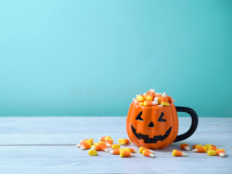 Concepto de la celebración de Halloween con las pastillas de caramelo foto de archivo libre de regalías