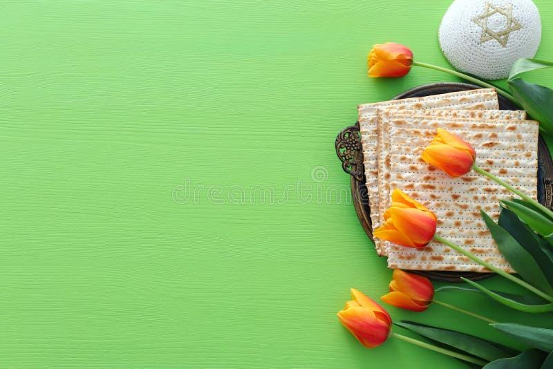 Concepto de la celebración de Pesah y x28; holiday& judío x29 de la pascua judía; sobre fondo verde Endecha del plano de la visió imágenes de archivo libres de regalías
