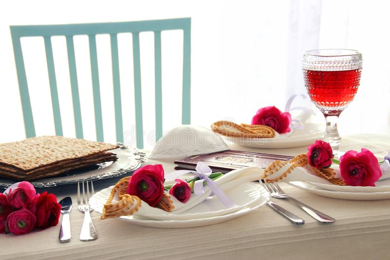 Concepto de la celebración de Pesah y x28; table& festivo x29 del día de fiesta judío de la pascua judía; fotografía de archivo