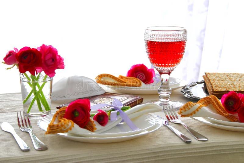 Concepto de la celebración de Pesah y x28; table& festivo x29 del día de fiesta judío de la pascua judía; fotos de archivo libres de regalías