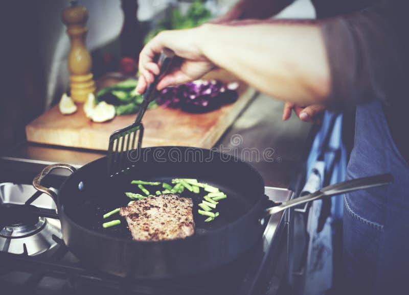 Concepto de la cena de Cooking Grilled Steak del ama de casa fotos de archivo