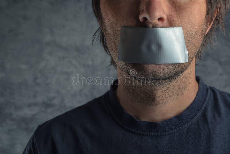 Concepto de la censura, hombre con la cinta aislante en boca fotografía de archivo libre de regalías