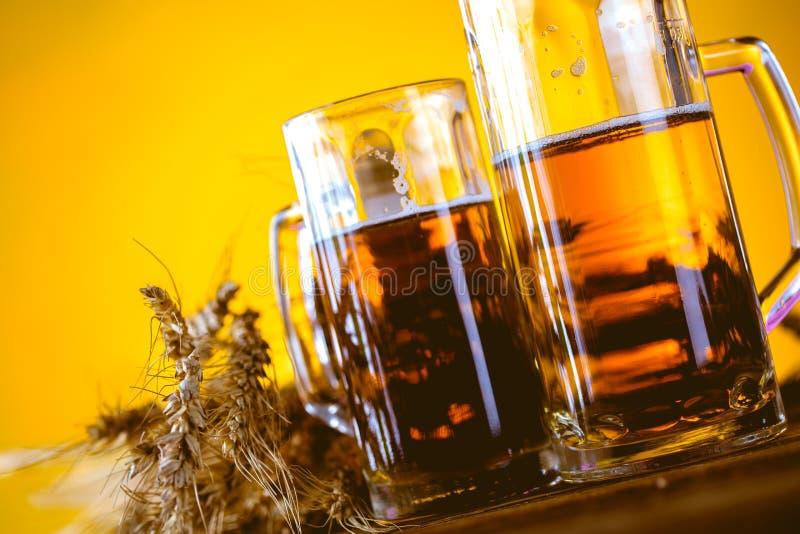 Concepto de la cerveza con el fondo amarillo fotografía de archivo libre de regalías