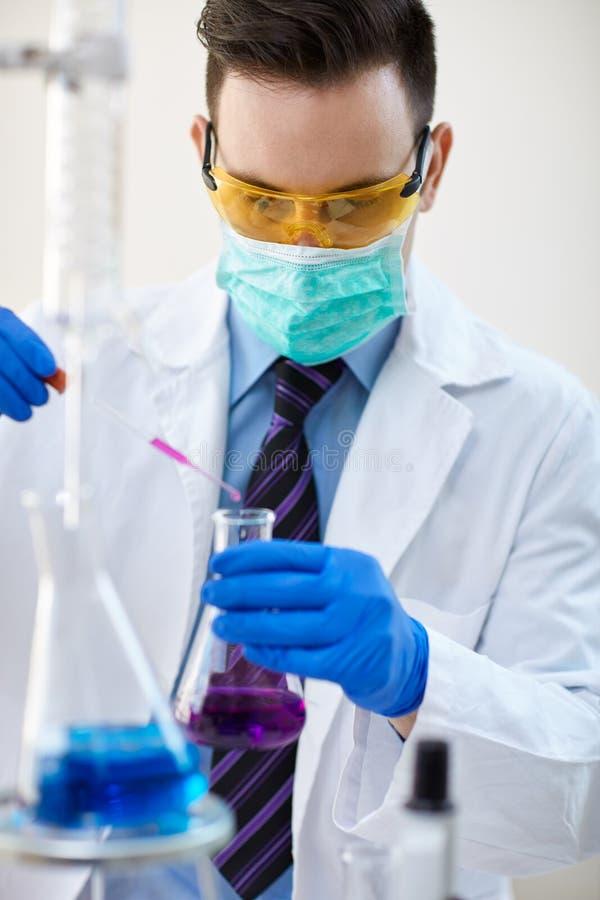 Concepto de la ciencia, de la química, de la biología, de la medicina y de la gente imágenes de archivo libres de regalías