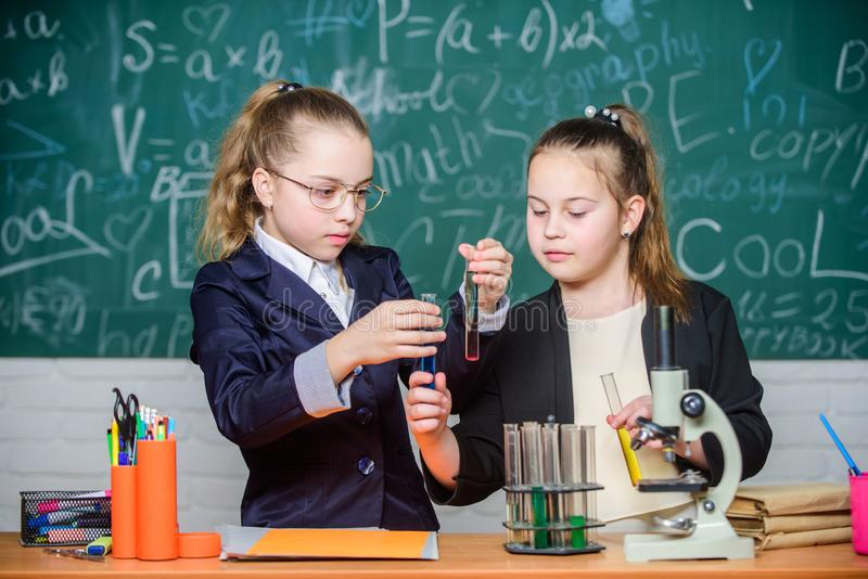 Concepto de la ciencia Escuela privada Estudiantes del gimnasio con el estudio profundizado de ciencias naturales Cruces del cono imagen de archivo