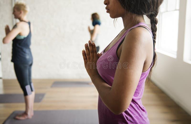 Concepto de la clase del ejercicio de práctica de la yoga foto de archivo