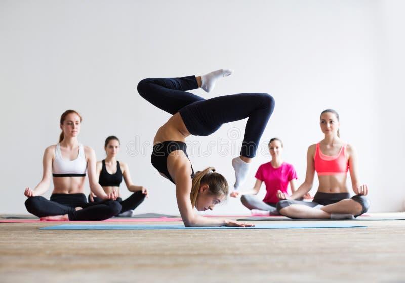 Concepto de la clase del ejercicio de práctica de la yoga imagenes de archivo