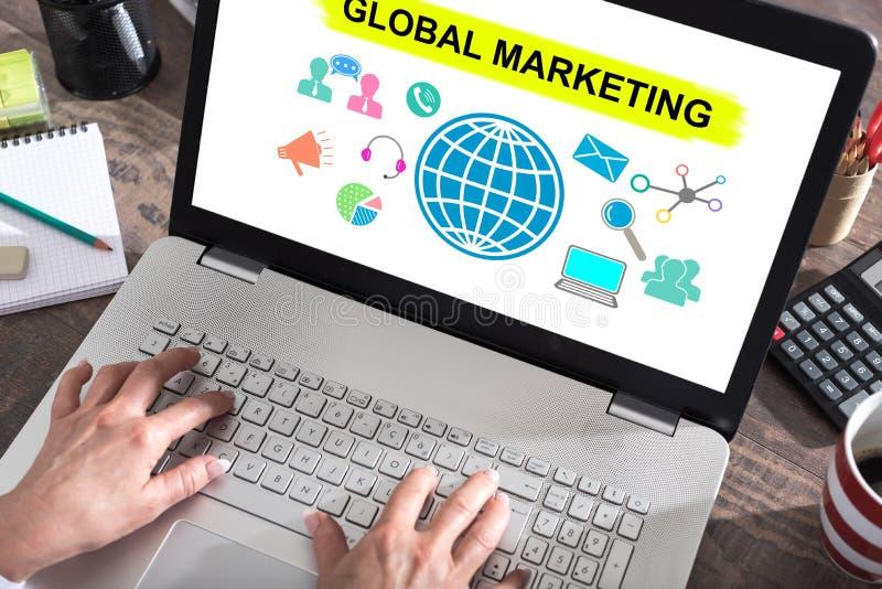 Concepto de la comercialización global en una pantalla del ordenador portátil foto de archivo