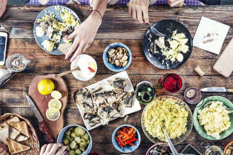 Concepto de la comida, comidas, bocados, mesa de comedor, cena de la familia, visión superior Consumición al aire libre foto de archivo libre de regalías