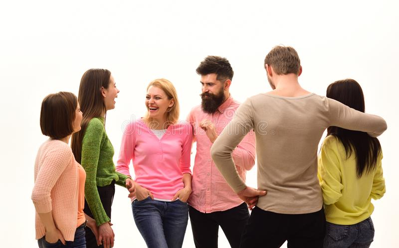 Concepto de la comunicación Juventud, amigos y discurso de los pares La gente joven pasa el ocio junto, compañía alegre cuelga fotos de archivo libres de regalías