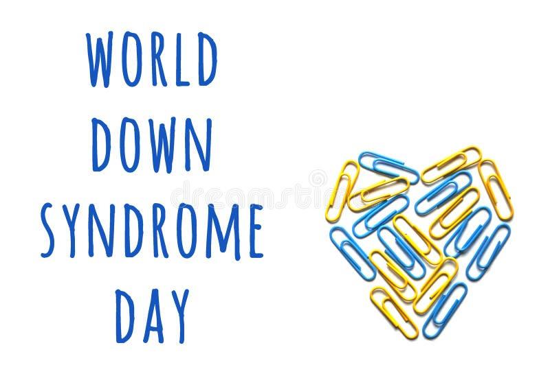 Concepto de la conciencia de Síndrome de Down del mundo con el corazón colorido fotos de archivo