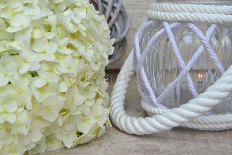 Concepto de la conmemoración de todo el día de almas ', hortensia blanca con la linterna fotos de archivo