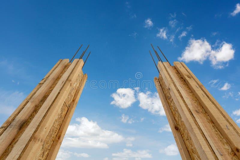 Concepto de la construcción de la casa Cierre de la opinión de ángulo bajo encima de la foto del elemento de la ayuda de dos casa imagen de archivo libre de regalías