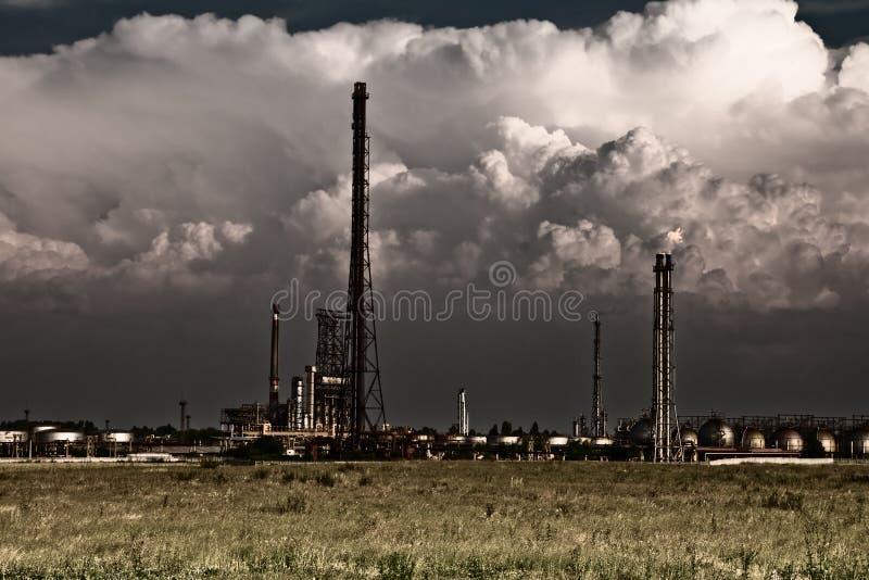 Concepto de la contaminación - refinería tóxica industrial fotos de archivo