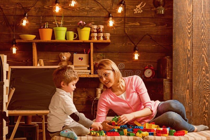 Concepto de la cooperación La madre y el hijo cooperan en el modelo de estructura de edificio, cooperación Cooperación y cooperat imágenes de archivo libres de regalías