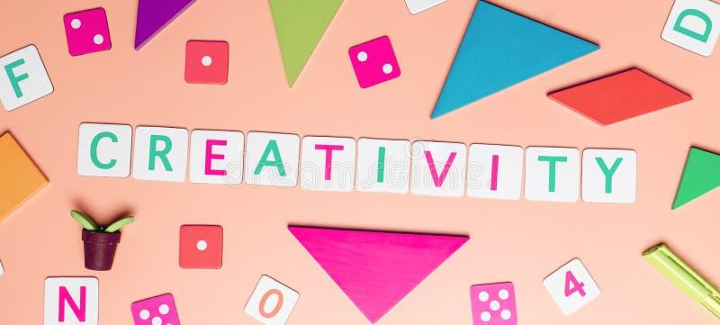 Concepto de la creatividad con los objetos del juguete para el concepto de la educación del niño en fondo rosado fotografía de archivo