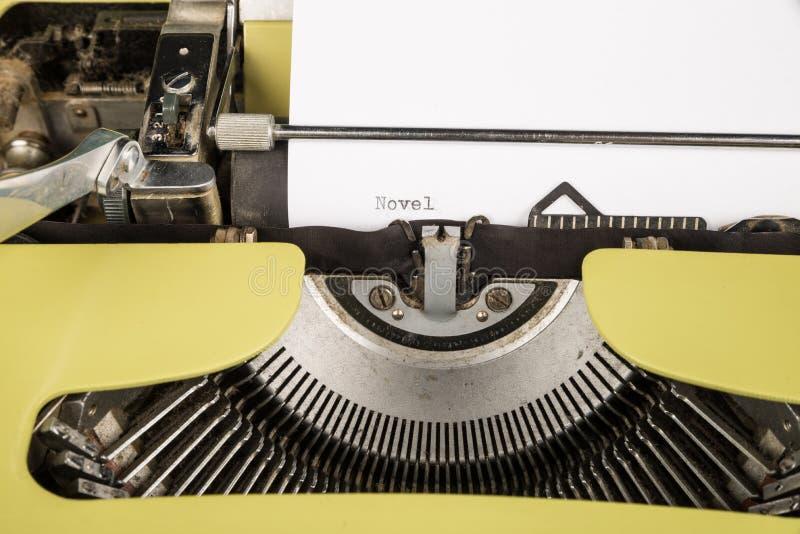 Concepto de la creatividad en una máquina de escribir vieja imagen de archivo