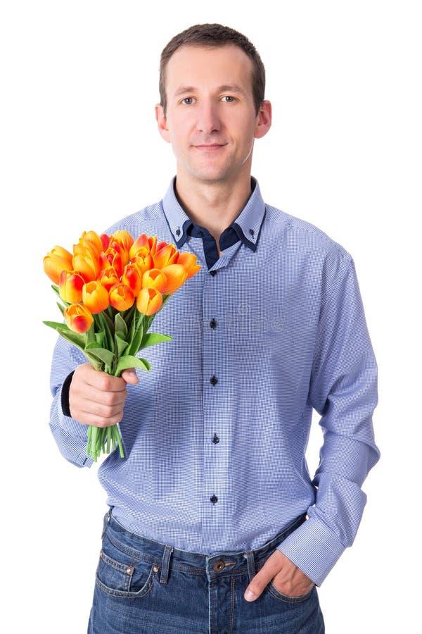 Concepto de la datación - hombre joven con las flores aisladas en blanco imagenes de archivo