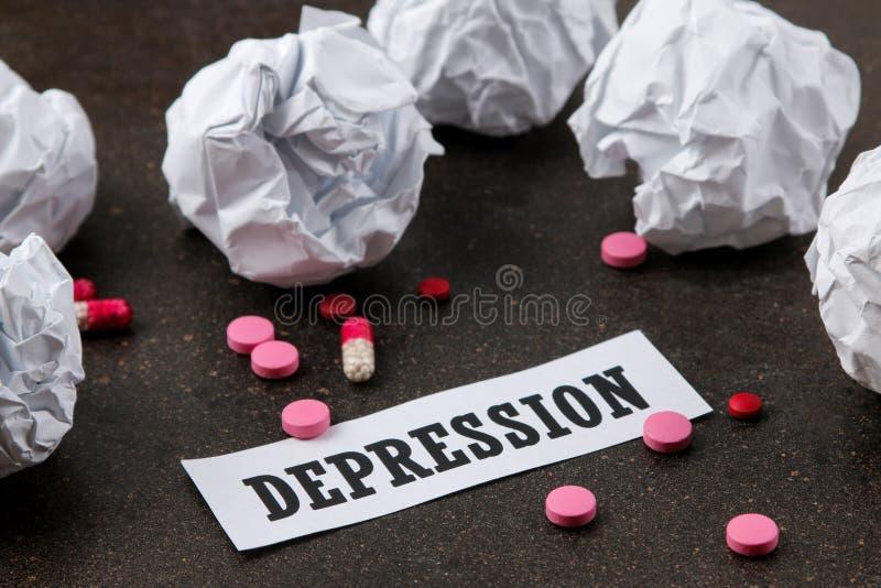 Concepto de la depresión Enfermedad psicológica la depresión de la inscripción y las bolas de papel arrugadas en un fondo oscuro imágenes de archivo libres de regalías