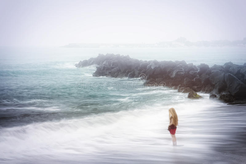 Concepto de la depresión y de la tristeza - mar brumoso fotos de archivo libres de regalías