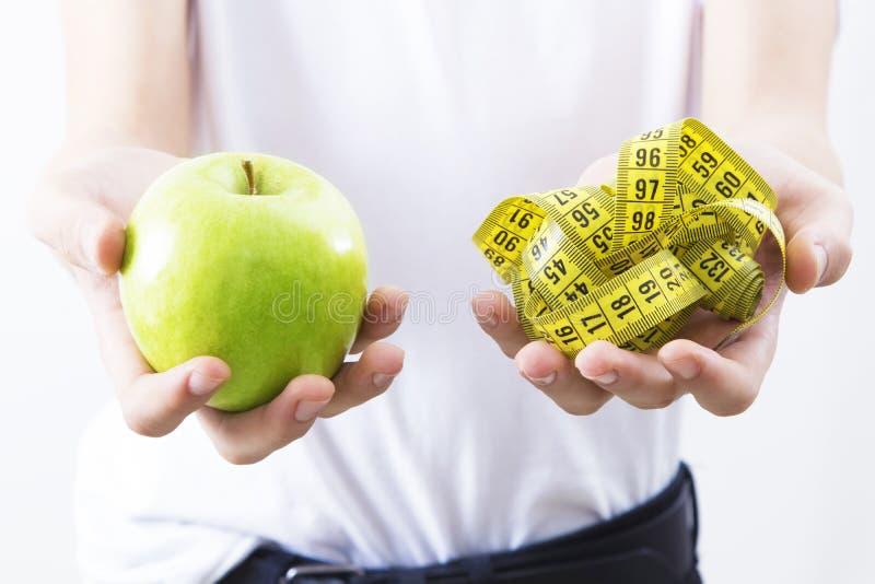 Concepto de la dieta de Apple y de la cinta métrica fotos de archivo