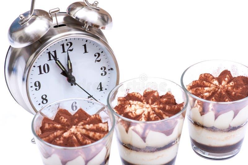 Concepto de la dieta con el despertador: tiramasu italiano dulce del postre con crema delicada del mascarpone de la receta tradic imagenes de archivo