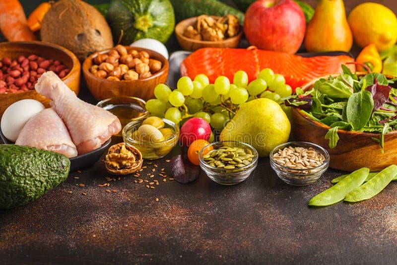 Concepto de la dieta de Paleo Comida de alto valor proteico Copie el espacio, backgro oscuro foto de archivo libre de regalías