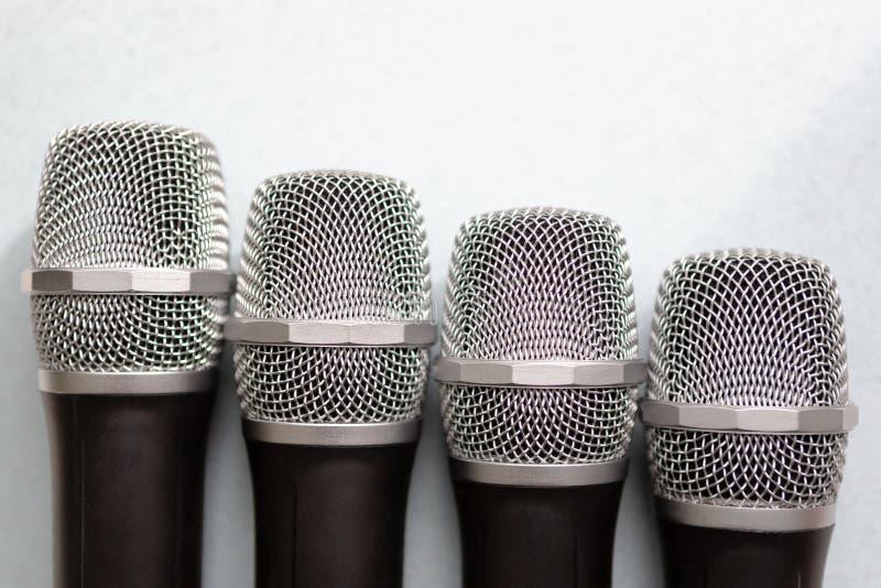 Concepto de la dirección grupo de micrófonos con el de oro libertad a hablar encima de concepto imágenes de archivo libres de regalías