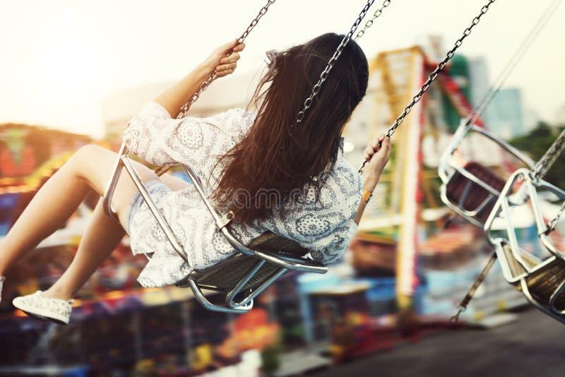 Concepto de la diversión de la felicidad del montar a caballo del paseo del carnaval de la mujer imagen de archivo